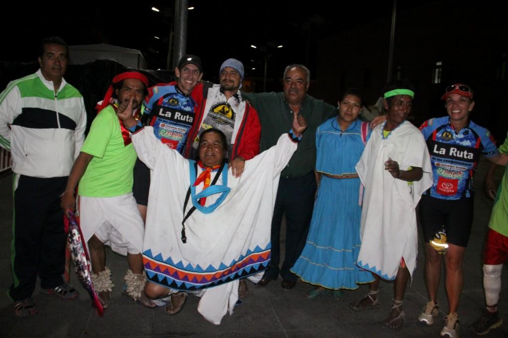 posando-en-meta-con-tarahumaras-erika-y-christian-1024x682